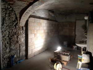 Aménagement de la salle de brassage: construction d'un mur en briques suite...